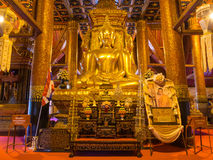 Huvudsakliga buddha guld- statyer i Wat Phu Mintr Arkivfoton