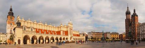 Huvudsakliga gammala marknadsför kvadrerar i Krakow, Polen Royaltyfri Fotografi