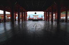 Huvudsakliga Hall av den Itsukushima relikskrin i Miyajima, Japan Arkivbild