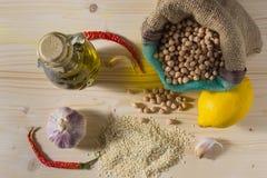 Huvudsakliga ingredienser för hummussallad Royaltyfri Foto