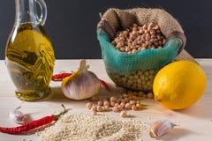 Huvudsakliga ingredienser för hummussallad Royaltyfri Bild