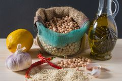 Huvudsakliga ingredienser för hummussallad Royaltyfria Bilder