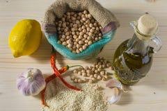 Huvudsakliga ingredienser för hummussallad Arkivbild