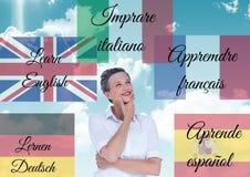 huvudsakliga språkflaggor med ord runt om kvinna 1 bakgrund clouds den molniga skyen Arkivfoton