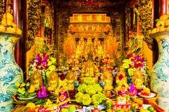 Huvudsakligt altare av den buddistiska templet Tran Quoc Pagoda, symbol av Hanoi, Vietnam arkivfoto