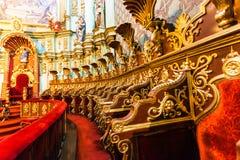 Huvudsakligt altare av den storstads- domkyrkan av Quito royaltyfria bilder