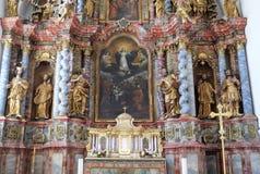 Huvudsakligt altare i domkyrka av antagandet i Varazdin, Kroatien royaltyfri bild
