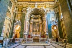 Huvudsakligt altare i kyrkan av den San Girolamo dellaen Carità i Rome Italien royaltyfria foton