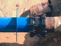 Huvudsakligt drinkvatten som leda i rör med den mång- gemensamma medlemmen för 500mm waga Arkivbild