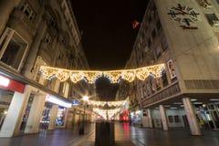 Huvudsakligt julpynt på den Kneza Mihailova gatan, huvudsaklig gata av Belgrade, under en kall vinternatt Fotografering för Bildbyråer