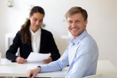Huvudskottstående av det manliga sökandet på den lyckade jobbintervjun royaltyfri fotografi