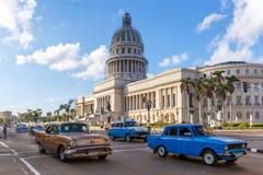 Huvudstad av Kuban med klassiska bilar Royaltyfri Fotografi