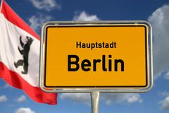 Huvudstad Berlin för tyskt vägmärke Arkivfoto