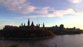 Huvudstad för Kanada ` s av Ottawa på skymning i nedgången stock video