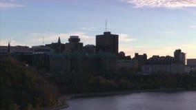 Huvudstad för Kanada ` s av Ottawa på skymning i nedgången arkivfilmer