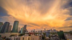 Huvudstaden av Filippinerna är Manila Makati stad Härlig solnedgång med dånande kraftiga moln arkivfoto