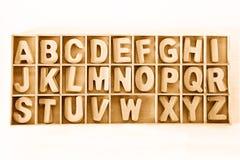 Huvudträuppsättning för alfabet för abc för kvarterbokstav i en wood ask Fotografering för Bildbyråer