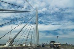 Huvudväg av bron över Ada, Belgrade, Serbien royaltyfria bilder