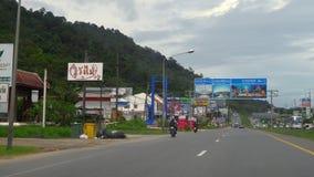 Huvudväg av den Phuket ön stock video