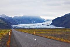 Huvudväg bredvid den enorma glaciären Arkivfoton