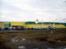 HUVUDVÄG E50, SLOVAKIEN - JANUARI 2, 2012: Gränsmärken och landskap av motorwayen Uzhgorod - Poprad fotografering för bildbyråer