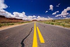 Huvudväg 163, en ändlös väg, Agathla maximum, Arizona, USA Royaltyfri Foto