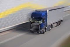 huvudväg En snabb flyttninglastbil på en motorway som omges av ljud b arkivfoto