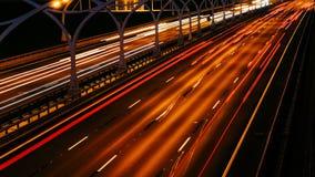 Huvudväg för afton för Tid schackningsperiod Oskarpa bilar på lång exponering stock video