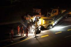 Huvudväg för konstruktionsplats på natten - lång exponering royaltyfri foto