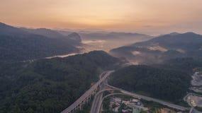Huvudväg för Rawang förbikopplingsförbikoppling på `-Rawang selangor ` under soluppgång royaltyfri foto