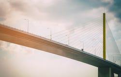 Huvudväg för transportupphängningbro i tappningfilmsignal Arkivbild