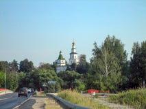 Huvudväg förbi kloster med en hög tempel på en solig dag royaltyfri bild