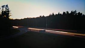 Huvudväg i aftonen Arkivfoton
