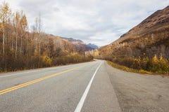 Huvudväg i alaskabo berg under höst Royaltyfri Bild