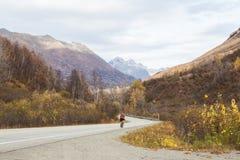 Huvudväg i alaskabo berg under höst Fotografering för Bildbyråer