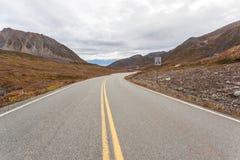 Huvudväg i alaskabo berg under höst Royaltyfria Bilder