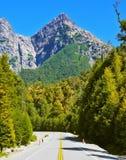 Huvudväg i bergen av Patagonia Arkivfoton