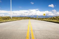 Huvudväg i bergen med en blå himmel Royaltyfria Bilder