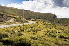 Huvudväg i bergen med en blå himmel Arkivbilder