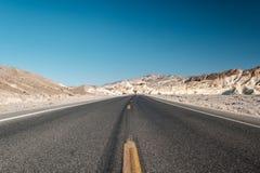 Huvudväg i den Death Valley nationalparken, Kalifornien Royaltyfri Bild