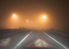 Huvudväg i den tunga dimman Royaltyfria Foton