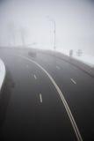 Huvudväg i dimman i vinter Arkivbilder