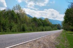 Huvudväg i ett bergsområde Arkivfoton