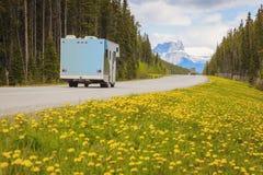 Huvudväg i Jasper National Park royaltyfria bilder