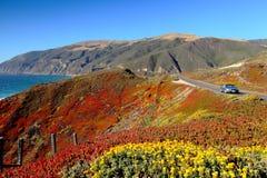 Huvudväg 1 i Kalifornien med colofrful berg a Royaltyfria Foton