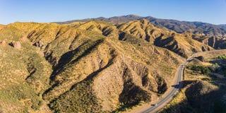 Huvudväg i kullar för Kalifornien öken arkivfoto