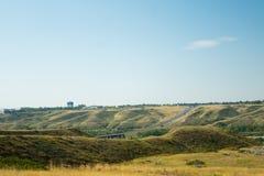 Huvudväg i Lethbridge, Alberta till och med mitt av staden arkivfoto