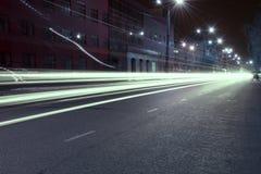 Huvudväg i nattstaden arkivfoton