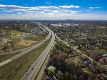 Huvudväg I70 och i stadens centrum Denver, Arvada, Colorado Arkivbilder