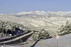 Huvudväg i snöig berg Fotografering för Bildbyråer